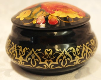 Fine hand-painted round box with lid from Tonchev And Tonchev ltd - Bulgaria