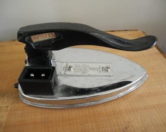 Valiant Travel Iron in original box. Model 15/ 2319 Working.