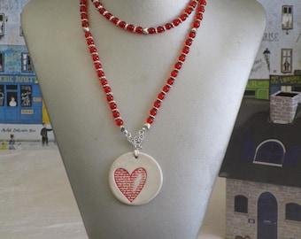 """Collier plastron pendentif céramique avec perles de verre """"Un coeur avec sa plume"""""""
