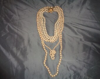 5 Vintage Faux Pearl Necklaces in varyings lengths and pearl sizes which can be worn all together or separately in Good Vintage Condition