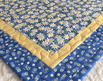 Daisy Table Topper Quilt, Daisies Quilt, Blue, Yellow, White, Spring Table Topper Quilt, Handmade Table Runner Quilt