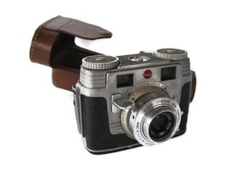 vintage Kodak Signet 35 film camera in original leather case, 1950's.