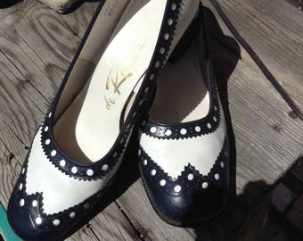 Vintage hipster De Roose ladies leather two tone navy blue and white wingtip pumps fits a size 9 free domestic shipping