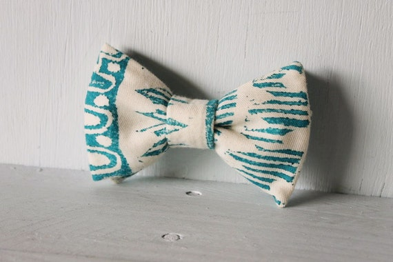 Dog bow tie >> Teal and cream tribal bow with elastic >> Pet gift