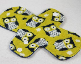 "Reusable Cloth Pad - 8"" (20cm) Light - Olive/Navy Owls Flannel"