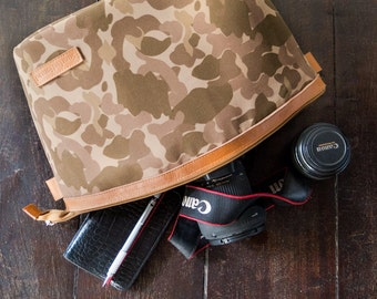 Dslr Camera bag insert in waxed canvas and leather trimming - Padded divider - Camouflage and red lining