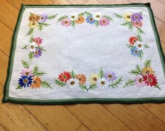 Centrino, centro tavola, copri vassoio, salva macchia, copri cassettone o quello che desiderate. Tessuto grezzo ricami floreali fatti a mano