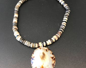 Vintage Hishi beaded necklace choker with shell pendant