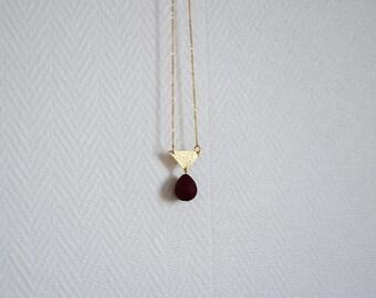 Collier chaîne pendentif triangle doré, perle goutte bordeaux - La mallette des minettes