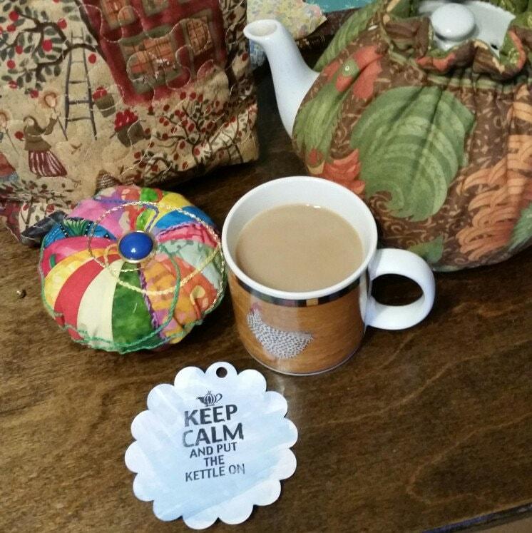 Gemütlich Tee Teekanne wärmer weiße Blumen mit auf tan für