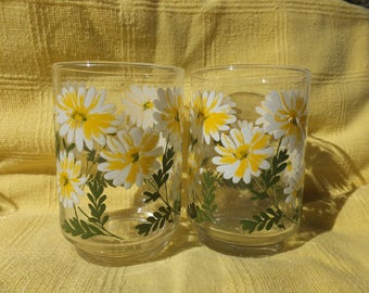 """2 Sweet Daisy Patterned Drinking Glasses - 4 1/4"""" tall"""