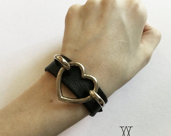 The AMOUR-PROPRE Cuff : Black Leather Heart Ring Cuff - Metal Heart, O Ring, Leather Bracelet, Wristband, Nugoth, Kitten, Goth Lolita