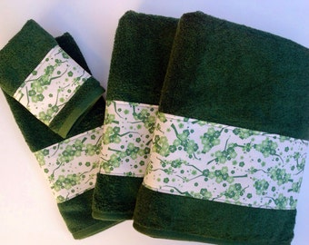 Elegant bath towels with beautiful green trim to highlight the dark green towels.  Great gift or easy way to decorate your bathroom.