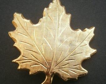 D69) A lovely vintage gold tone metal diamond cut Canada maple leaf brooch