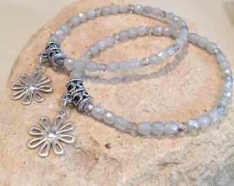 Green mother-daughter bracelet set, gift for daughter, gift for mom, flower charm, charm bracelet, stretch bracelet, mom daughter set