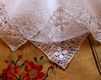 Very fine embroidered hankie - handmade - fine linen - antique embroidered - broderie ancienne - bordado antiguo - bordado - embroidered -