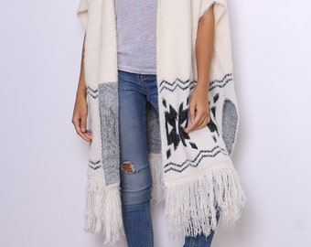 Sweet Cape in wool, pattern and fringe details