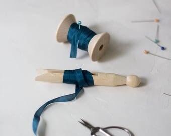 """Ruban de soie bleu marine Hand-Dyed (avec bobine en bois) - 5 yards - 1/4"""" de large"""