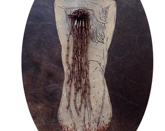 cadre reliquaire bombé vintage linogravure inspiration érotique imprimé sur cuir à l'encre à l'huile et rebrodée  , louisa