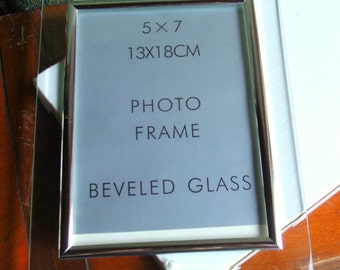 """Mid 1990's-UNUSED Orig.vtg.vertical bevelled glass edged/""""silver effect""""metal PHOTO frame+orig. box by SIXTREES Ltd  7""""x 5""""-Excel.One owner."""