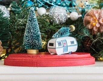 Teardrop Trailer Holiday Scene Decoration Christmas Tree Tabletop Mantle Decor Red and White Bottlebrush Outdoor Camp Caravan