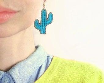 Boucles d'oreilles cactus En Avril, bijou cactée, cactus brodé de sequins graphique