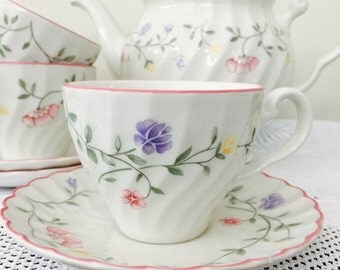 So Pretty Vintage Johnson Brothers 'Summer Chintz' Teacup & Saucer