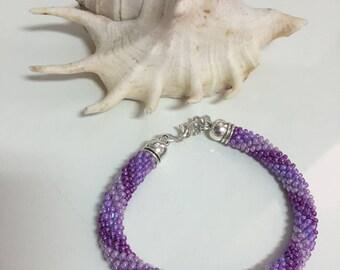 Pulsera espiral en tonos morados, pulsera bead crochet, pulsera brillante, pulsera espiral brillante, pulsera de cuentas, pulsera fiesta