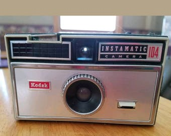 Eastman kodak 104 instamatic camera with cube flashbulb