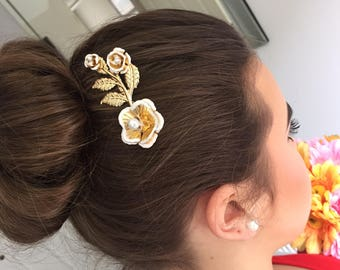 Gold hair comb, gold hair accessories, flower hair comb, pearl hair comb, delicate hair comb, gift for bridesmaid, bridal hair accessories