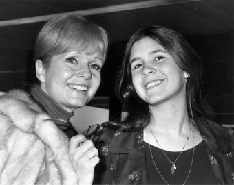 Debbie Reynolds & Daughter Carrie Fisher in 1972 - 5X7, 8X10 or 11X14 Publicity Photo (ZY-651)