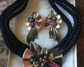 Flower pendant and earrings with rope necklace