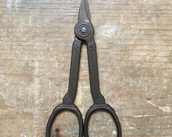 Antique style embroidery scissors