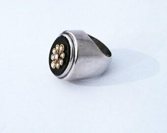 Chevalière en argent, onyx, or et perles de nacre