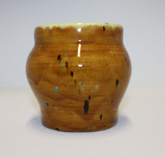 Beautiful multi coloured vase with high gloss finish / Beau vase multicolore avec finition brillante