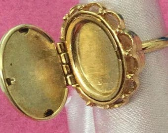 Avon French Flowers Locket ring on glass cabochon