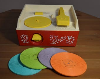 Original 1971 vintage working 995 Fisher Price kids wind-up record player with 4 of 5 records