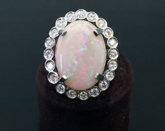 18 karat white gold ring with Opal white and 20 diamonds