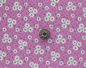 FAT EIGHTH Feedsack Reproduction Floral Print Fabric | White daisies on light purple background floral quilting cotton fabric.