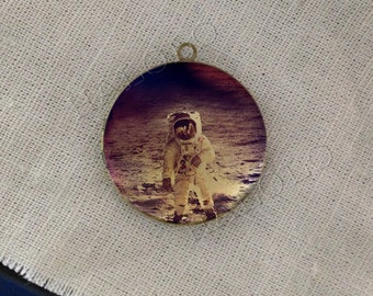 astronaut cosmonaut space out moon round antique bronze locket 32mm (LD204)