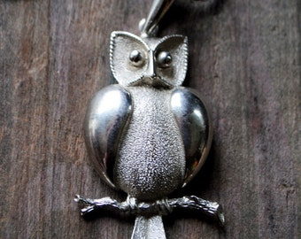 Boho vintage 70s silvertone  metal necklace with a sculptured owl pendant.