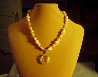 Vintage Polished Stone Mother of Pearl Seashell Glass Pendant Necklace 9043