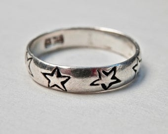 Sterling Ring Band Engraved Stars Oxidized Wedding Band Mod Modern Star Jewelry Size 8.5 Ring 1980s Vintage Jewelry 925