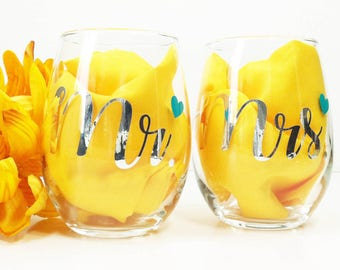 Mr and Mrs Wine Glasses / Engagement Gift / Wedding Gift / Mr Mr Gift / Mrs Mrs Glasses / Newlywed Gift / Gold Wedding / Toasting Glasses