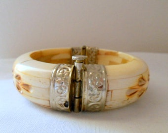 Vintage earthy Bone and silver colored lock in Bangle