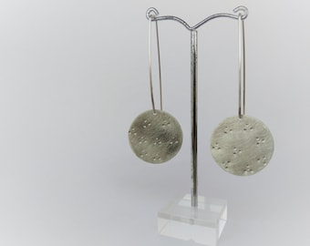 Sterling silver disc earrings. Silver dangle earrings. Silver long earrings. Hammered disc earrings. Sleek earrings. Wire earrings. sleek