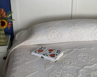 Classic Bates Hobnail Bedspread from Maine With Fringe & Center Flower Medallion. George Washington's Choice.
