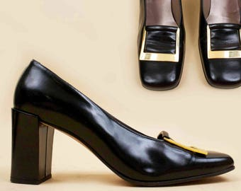 90s does 60s Vtg Black Patent LEATHER Ann Klein Sleek Mod Chunky Sculptural Heel Platform / Gold Square Buckle Toe Minimal Chic 9 N 8.5