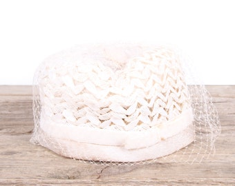 Vintage Women's Formal Hat / Petite White Wedding Hat / Antique Formal Hat / Women's Hat / Womens Hat 40's / White Tool Pillbox Hat