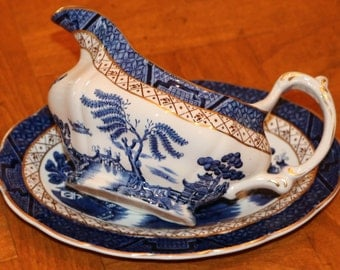 "Booth's (England) ""Real Old Willow"" Classic Pattern A8025 Gravy Pitcher With Separate Under Plate, Gravy Boat, Gravy Server"